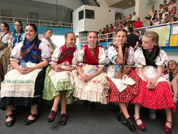 fe98f318cc0bed Bild: eine Tanzgruppe vor ihrem Auftritt